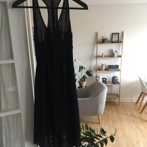 Mørkeblå Modström kjole med bindebånd på ryggen. Den går lidt længere ned bagpå end foran (går til knæene på mig foran - er 1.69). Så fin og ubrugt.