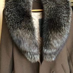 SÆLGES FOR EN VENINDE:  Super lækker ægte sølvrævs pels frakke i en flot gråbrun farve, fra Rafaello, middel lang og perfekt til den kommende efterår. Pelsen er let aftagelig og dermed super smart når man vil style sit look op eller ned med en lækker pels.   Frakken er lavet af 64% cashmere, 33% laine wool og 3% eleastine.  Frakken er ubrugt og sælges rigtig billigt da jeg ikke kan passe den desværre.  Frakken har papire med der beskriver pelsen og hvad jakken består af.