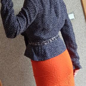 Smart jakke fra Noa Noa i str S. Passer både 38- 40 da den kan justeres. Mange fine detaljer  Boho- agtig stil 100% viskose  Som ny