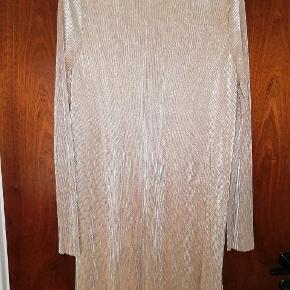 Lækker guld farvet kjole fra Gina tricot. Str L. Fejler intet