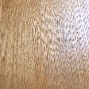 Der er et mærke på bordet efter en vase