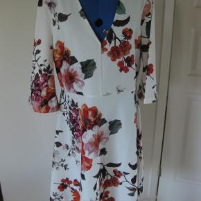 Varetype: Kjole Farve: se foto  Flot kjole aldrig brugt