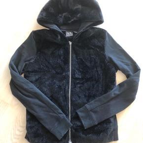 Cool sort hættetrøje fra AX Armani Exchange med emitteret pels foran og på hætte. Brugt få gange. Købt i USA i original Armani butik.