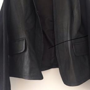Skindjakke i blødt handskeskind med strik ærmer.  Nypris 1600