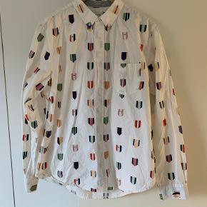 Lækker Wood Wood skjorte med rigtig flot print. Sidder rigtig godt. Str. Large.  Sælges da jeg ikke får den brugt mere desværre, håber den kan finde en ny ejer.