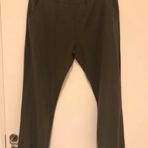 Smart bukser med elastik i tajlen fra Studio  Farve: Armygrøn  Smart bukser med elastik i tajlen og i benene .  Lommer foran