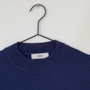 Trøjen er slim. Den er desuden af en form for strik.