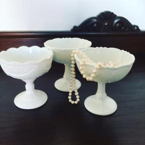 Opaline skåle. Alle 3 er forskellige. Sælges samlet for 40kr ellers 15kr/ skål   Søgeord: mælkeglas, glas, hvid, skåle, dessert, retro, yndig, prinsesse, smuk