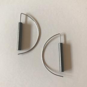 6 cm lange øreringe lavet i medicinsk stål. Vejer ingenting