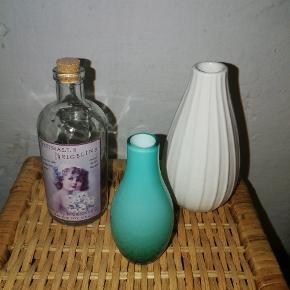 Tre miniature-vaser. Den ene udformet, som en lille glasflaske med mærkat og korkprop.