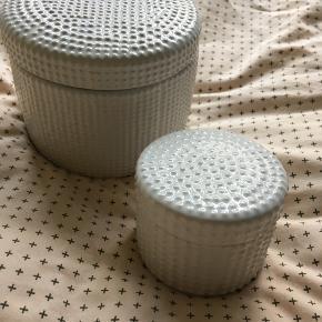 To opbevaringskrukker i porcelæn i størrelsen 14 cm. i diamenter for den største og ca. 8,3 cm. i diameter for den mindste.  Sælges samlet for 100 kr. ved afhentning i Aarhus N.