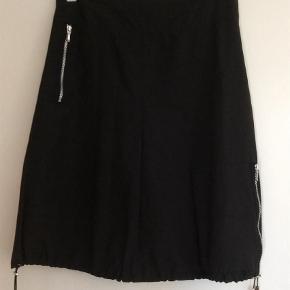 Varetype: Andet Farve: Sort  Fin og meget anvendelig sort Bjørdi Fanth nederdel . Der er foer i nederdelen samt store lommer . Lgd ca 64 cm og livvidde ca 41 cm GIV ET BUD 😄