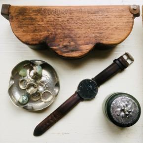 Smukt Daniel Wellington armbåndsur med brun læderrem, sort skive og sølvramme  æske følger med  har kun små brugstegn, ridser på glas og bøjning på remmen  Byd endelig 🌿 Se også mine andre annoncer