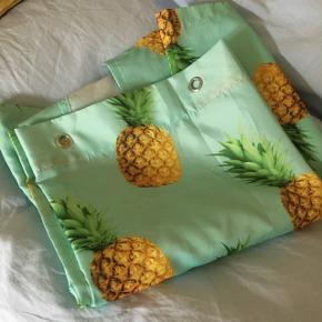 Badeforhæng fra H&M med ananas print. I rigtig fin stand og nyvasket. 180 x 200 cm