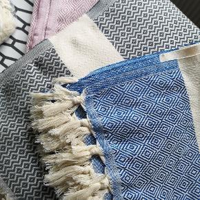 MANGE NYE FARVER - Kender du de store lækre tyrkiske Hammam håndklæder i vævet økologisk bomuld med miljørigtig indfarvning? De er fantastiske at tørre sig i og tørrer nemt, så din tørretumbler bliver overflødige. Håndklæderne er meget populære og passer perfekt til det skandinaviske look.  1 stk 160kr  2.stk.300 kr.   Måler 100 *180cm Tåler vask op til 60 grader. Køber betaler evt TS gebyr.  Sender gerne med DAO. Gratis fragt ved køb for 499kr. Spørg endelig hvis du vil have flere billeder.