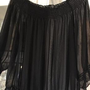 super skøn sort feminin tunika / bluse fra Zay, (gennemsigtig) kan evt. bruges med en lille top under.  str. M svarer til str. 46 / 48 100 % polyester næsten som ny bud fra 125 kr + evt. forsendelse   *Handel kan foregå kontant, via TS, bankkonto & Mobilepay*