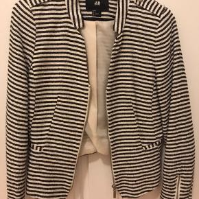 Smuk tweed blazer med fine guld nist detaljer - sort/navy striber og hvid