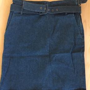 Højtaljet denim nederdel. For lille til mig, så søger ny ejermand