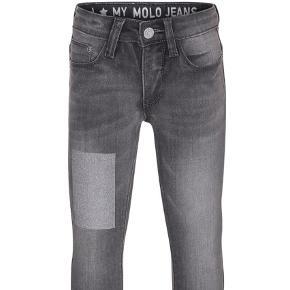 Grå, skinny jeans med knap, justerbar talje, bæltestropper, lommer både for og bag samt læderpatch i taljen. Bukserne sidder lige under hoften og har en smal benåbning. Den stretc hy kvalitet sikrer en god og behagelig pasform samt god bevægelsesfrihed.  Aldrig brugt, fordi de viste sig at være for små, da mærket VAR klippet af🙄 Nypris 499kr.  Bukser Farve: Grå Oprindelig købspris: 499 kr. Kvittering haves