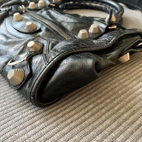 """BYD! Sælger min søsters super flotte Balenciaga City Bag Giant 21 med store nitter. Stort set som ny. Har fået professionel læderbehandling for nyligt. Spejl og dustbag haves, kvittering haves desværre ikke længere. Passer til 13"""" laptop. Kan sende flere billeder ved forespørgsel. MP: 8000,-"""