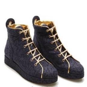 Super lækre flade sko fra Stine Goya i original æske med skønne gulddetaljer på.  De fremstår helt nye og i str.39 Nyprisen mener jeg var ca.1800