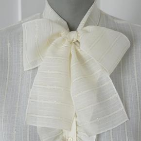 Smuk, smuk vintage skjorte sælges! Materiale er polyester, ingen størrelseslabel i - men den passer en str. S/36! Pris: 450kr afhentet eller plus porto.