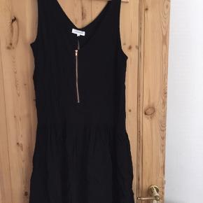 Sort ærmeløs kjole fra Moss Copenhagen. Aldrig brugt. Slidt på ryggen og lynlås foran.