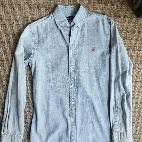 Ralph Lauren slim fit unisex skjorte str S/M. I lys cowboy stof, brugt få gange.