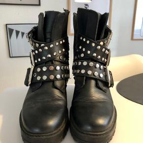 ZARA biker boots str. 36. Imiteret læder. Brugt en kort periode, men fejler ingenting hverken indeni eller udenpå.  Skriv hvis du har spørgsmål. Se gerne mine andre annoncer 💛