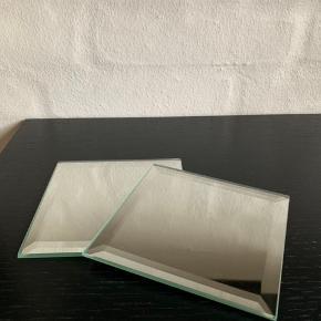 Firkantede glas stykker til at sætte bloklys ovenpå. Velholdte og uden skrammer eller ridser.