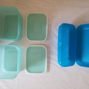 Opbevaringsdåser, Tupperware  Helt NYT og UBRUGT. 2 Optimum opbevaringsdåser med tætsluttende låg. Kan stables. Mål: 1,3 dl. Længde: Cirka 16 cm. Bredde: Cirka 11,5 cm. Højde: Cirka 9,5 cm. 1 ny og ubrugt Tupperware Babuska madkasse (eller til anden opbevaring). Den største. Mål: Længde: Cirka 23 cm. Bredde: Cirka 12,5 cm. Højde: Cirka 7 cm. Pr. stk. 65 kr.