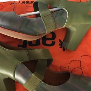 Varetype: Heels Størrelse: 42 Farve: Grøn,Sort Oprindelig købspris: 1100 kr.   Grøn/lavendel er model Gran via.  Begge med blød sål og fleksibel i forhold til vrist