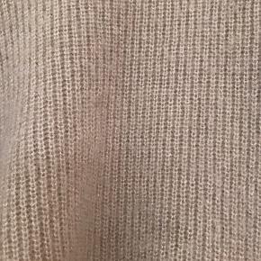 Der er lidt guldtråd i, som giver blusen et flot shine