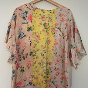 Virkelig smuk kortærmet bluse med flotte blomstrede mønstre. Løs model. Meget feminin💃