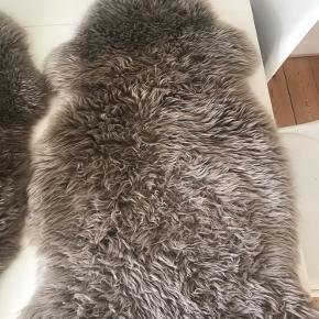 2. Stk. fake lammeskind til stolene i 90 cm. Farven er en meget flot lys brun. Det ene er en smule fnulret hvor numsen har været placeret, men det er ikke ret meget. (Det er den som der er billede af her)  De fremstår meget fine!