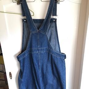 Overall nederdel fra H&M Str. 42, men passer også 40 :)  Kun brugt meget få gange