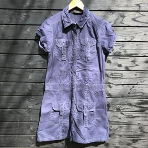 Fin kjole med mange flotte detaljer.   100% bomuld.   Brystmål: 94 cm Længde: 89 cm  Sender gerne med DAO, men du kan også hente kontaktfri med mobilepay😊