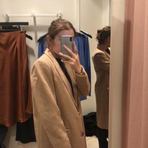 Smuk og blød uld frakke fra Neo noir. Sælges da den dsv er for stor på mig. Brugt få gange og fremstår næsten som ny.