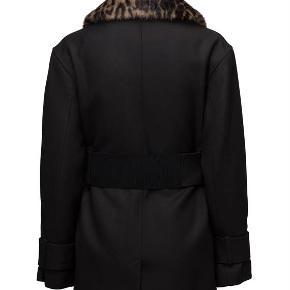 Brand: By Malene Birger - YDERLIGERE NEDSAT Varetype: skøn jakke med mange detaljer - NY Farve: sort Oprindelig købspris: 4500 kr.  Elegant og praktisk jakke fra By Malene Birger. Fin pasform med et flatterende bælte i livet, indvendig brystlomme, 2 udvendige lommer, aftagelig fake-fur-krave samt flere  trykknapdetaljer. Jakken er helforet materiale: 80% akryl, 20% virginuld  Er helt ny med pristag - sælges NU igen YDERLIGERE NEDSAT FOR 1000 KR. .
