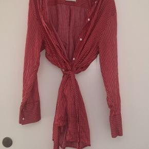 Sælger denne mega fede Mads nørdgaard skjorte. Den er kun brugt meget få gange.  Nypris: 1000kr Byd💞 Fragten bliver lagt oveni prisen