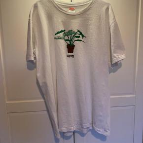 Sælger den fede Supreme t-shirt. Den har ikke været brugt meget, og er derfor stadig i rigtig god stand. Printet har ikke nogle cracks.