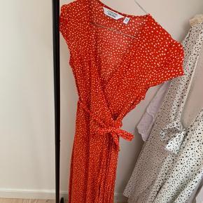 Kjolen er i perfekt stand og er kun blevet brugt og vasket én gang  Byd gerne!