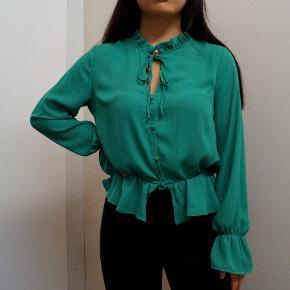 Grøn turkis trøje bluse med flæse detaljer i str. 34 fra H&M