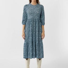 """Hverdags kjole med halvlange ærmer model: """"MIT PUFFÄRMELN"""" 99% polyester, 1% elasthan Den er 122 cm lang fra skulder til kant."""