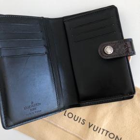 Louis Vuitton pung. I overall pæn stand. Indfarvet sort.