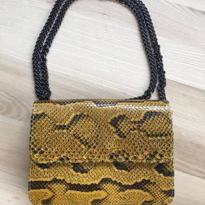 Mega fed taske (kan bruges som håndtaske, skuldertaske, crossbody) fra mærket KENZINA. Kan bl.a. købes hos Apair. Tasken er brugt én gang i få timer og er derfor i perfekt stand 🌻  Nypris var 3500 kr. Dustbag medfølger.