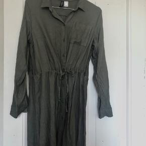 Fin army-grøn kjole fra H&M🌱