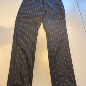 Et lækkert jakkesæt til galla eller nytår fra H&M Bukserne er en størrelse 30 og jakken er en størrelse 50  Prisen er for hele sættet og bud modtages gerne:)  Husk og tjek min profil, for andet tøj