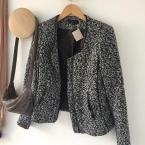 Boucle jakke med lynlås og skinddetalje på ærmer Str S
