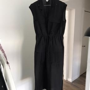Arket kjole med fede detaljer  Np var 800 Udsolgt over alt, min er i sort!